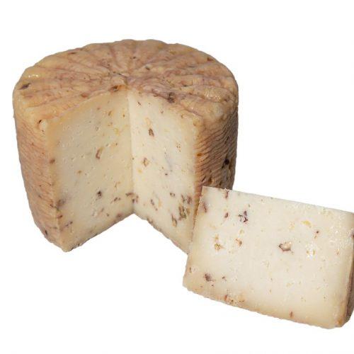 formaggio pecorino scamosciato alle noci tagliato